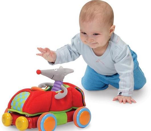 Комментарии взрослого даже во время игры с «обычной» машинкой помогут ребенку в развитии речи