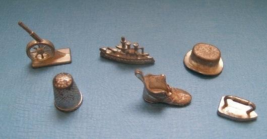 Первая версия «Монополии» 1935 года включала металлические фишки – наперсток, корабль, обувь, головной убор, пушки и утюг