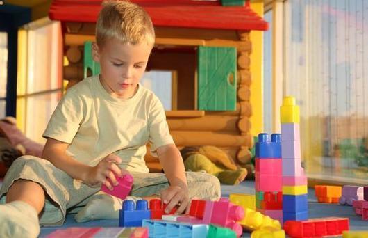Дети постарше тоже любят играть в кубики и конструкторы