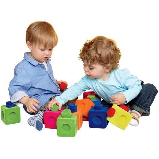 При помощи кубиков малыши учатся распознавать цвета, формы и размеры